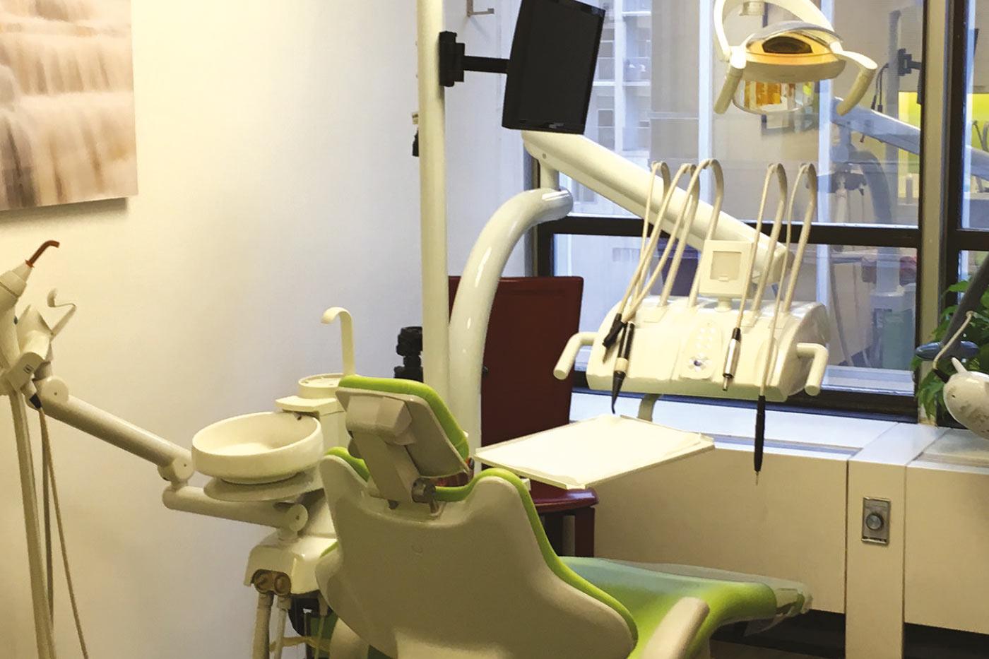 Gefinor Dental Clinic Chair & Tools