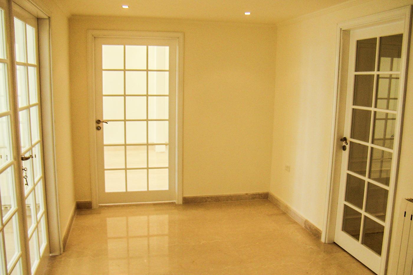 Sankari Residence - Yellow Room - 3 doors